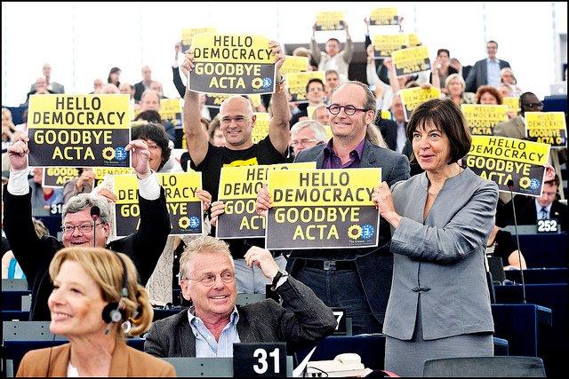 Il gruppo dei Verdi Europei esulta dopo il voto