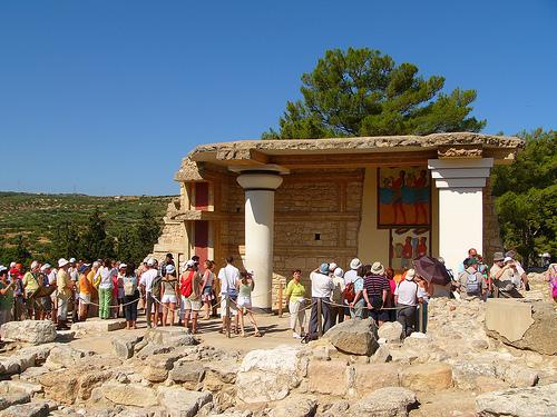 Turisti davanti agli affreschi minoici di Cnosso (Foto Robert Young)