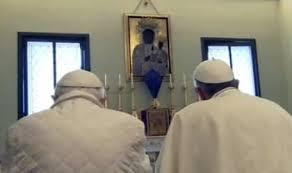 Benedetto XVI e Francesco I pregano insieme a Castel Gandolfo