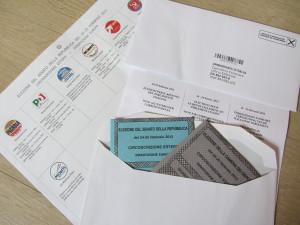 La busta con le schede elettorali che viene recapitata agli italiani all'estero
