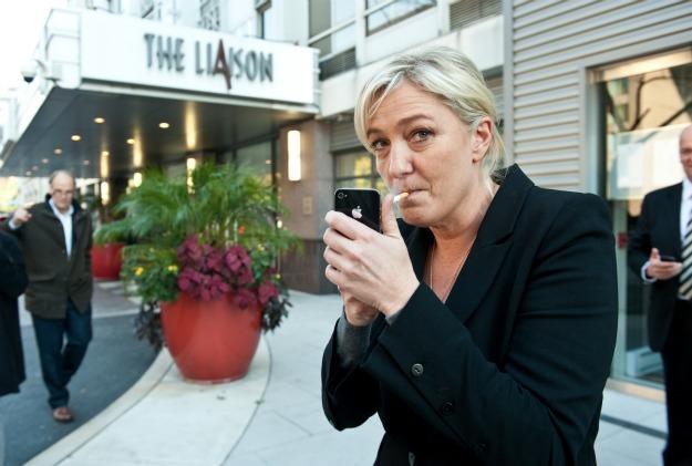 Marine Le Pen davanti all'Hotel The Liason (Il collegamento)