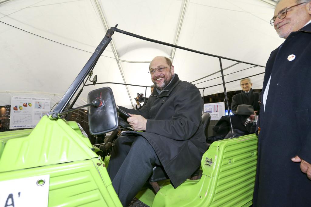 Martin Schulz sulla Mehari di Siani - © European Union 2013 - EP