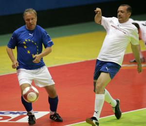 Rehn (ex calciatore professionista) dribbla il premier turco Recep Tayyip Erdogan in una partita di beneficenza nel 2006