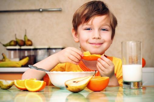 bambino frutta