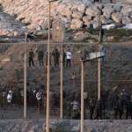 Polizia spagnola spara proiettili di gomma contro i migranti. 12 affogano
