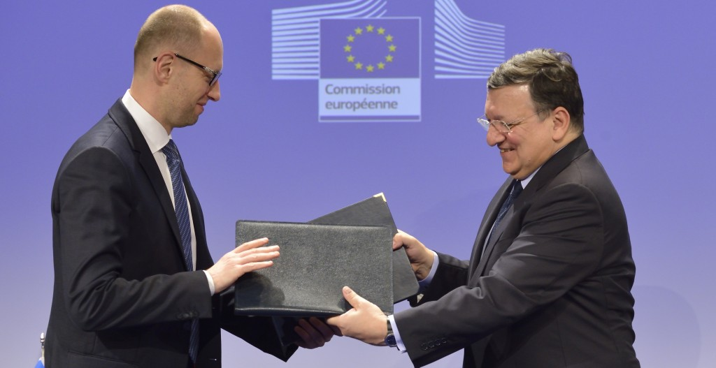 """End of the signing ceremony of the """"State Building Contract"""" programme between Ukraine and the EU: exchange of the signed agreements between Arseniy Yatsenyuk, on the left, and José Manuel Barroso"""