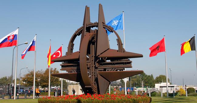 Il simbolo della Nato nel coirtile del QUartier generale di Bruxelles