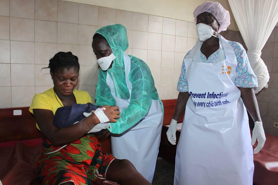 Due ostetriche al lavoro in Liberia con indumenti protettivi - ph. UNFPA Liberia
