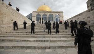 La polizia israeliana presidia l'ingresso della Spianata delle moschee