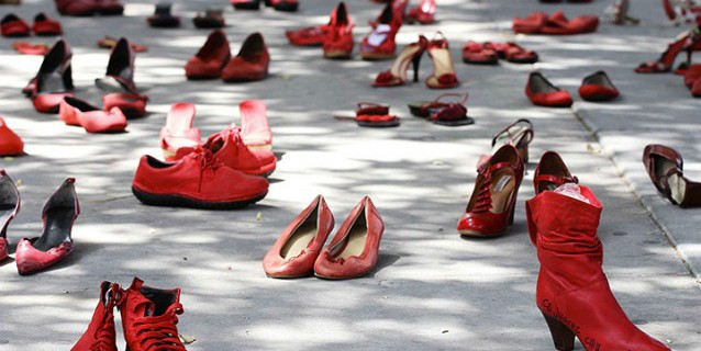 Scarpe rosse di donna abbandonate in strada, uno dei gesti simbolo della lotta alla violenza sulle donne