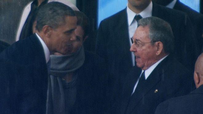 Obama e Castro si salutano a Soweto ai funerali di Nelson Mandela un anno fa