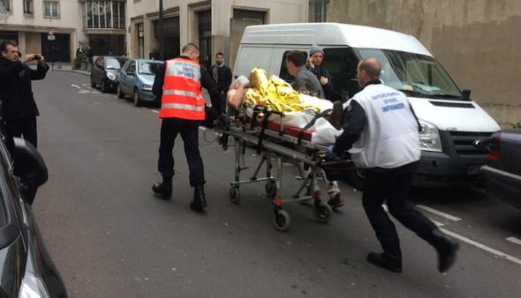 I soccorsi a un ferito. Foto tratta da un tweet del giornalista di Mediapart Mathieu Magnaudeix @mathieu_m
