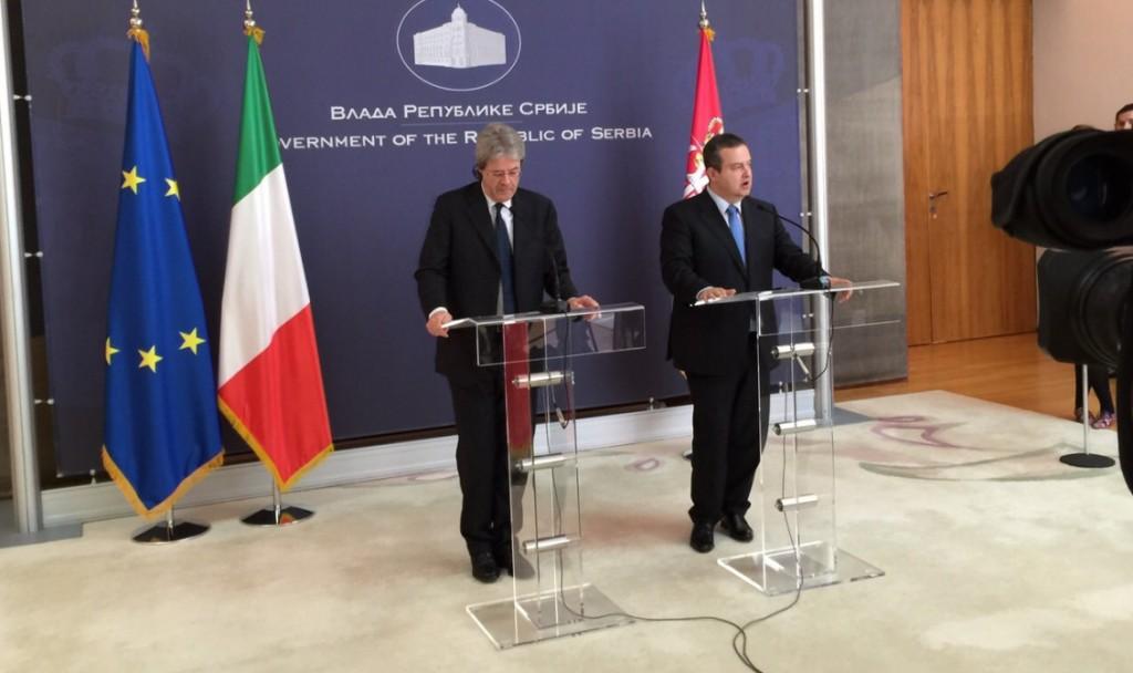 Il ministro degli Esteri italiano Paolo gentiloni e quello serbo Ivica Dacic (fonte Farnesina)
