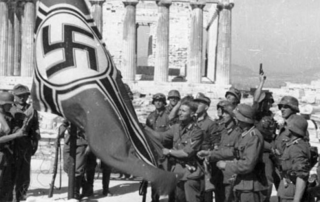 I soldati del Reich alzano la bandiera nazista davanti al Partenone