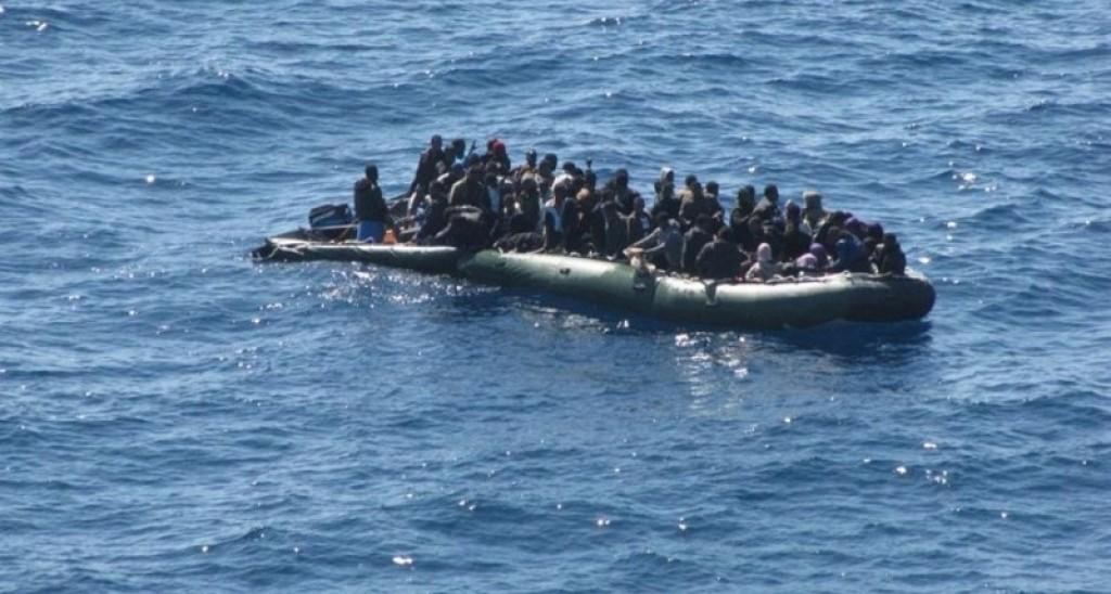 Un barcone di migranti in mare aperto