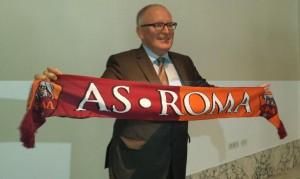 Frans Timmermans, primo vicepresidente della Commissione europea, con la sciarpa della Roma