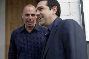 Il premier ellenico Alexis Tsipras (in primo piano) e il ministro delle Finanze greco, Yanis Varoufakis (sullo sfondo)