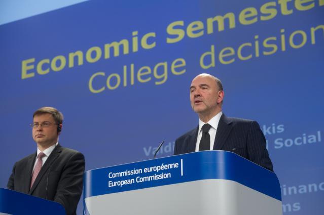 Il commissario per l'Euro, Valdis Dombrovskis (sinistra) e il commissario agli Affari economici, Pierre Moscovici (destra)