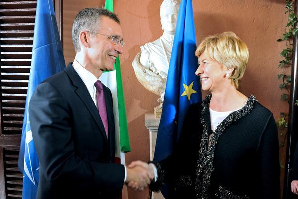 Il ministro della Difesa, Roberta Pinotti (a destra), con il segretario generale della Nato, Jens Stoltenberg (sinistra)