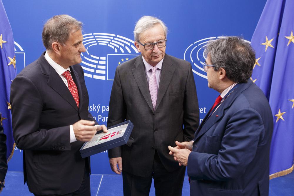 Il presidente dell'Assemblea regionale siciliana Giovanni Ardizzone, Jean-Claude Juncker e il presidente dell'Anci, Enzo Bianco - foto Ars