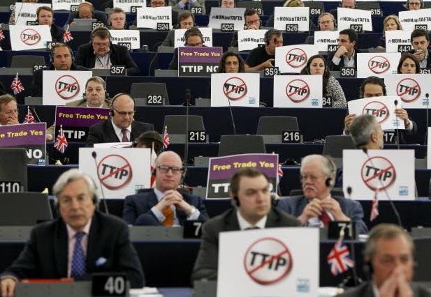 Le proteste dell'opposizione in Aula - foto Parlamento Ue
