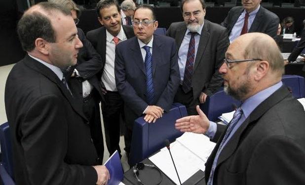 I capigruppo popolare e socialista, Manfred Weber e Gianni Pittella, discutono con il presidente Martin Schulz