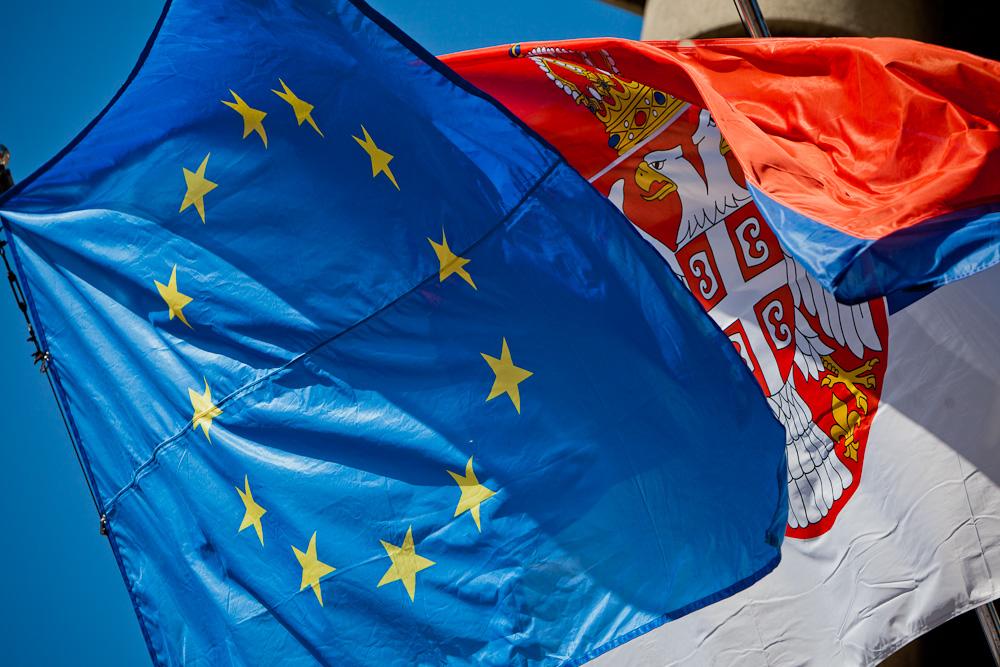 Le drapeau de l'Union Européenne flotte à Belgrade