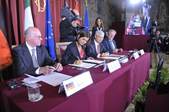 La presidente della Camera Laura Boldrini firma il documento per il federalismo europeo (Fonte: Camera dei deputati)