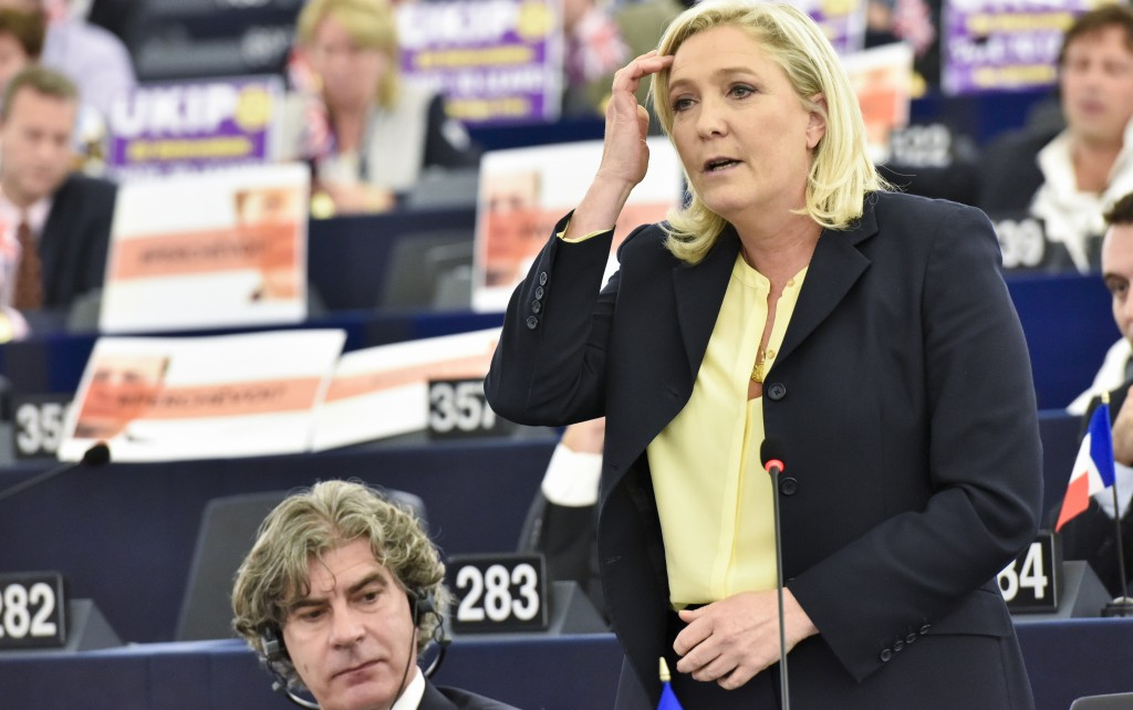 Marine Le Pen in Aula e alla sua destra il 'pianista' De Graaf - © European Union 2015 - Source : EP