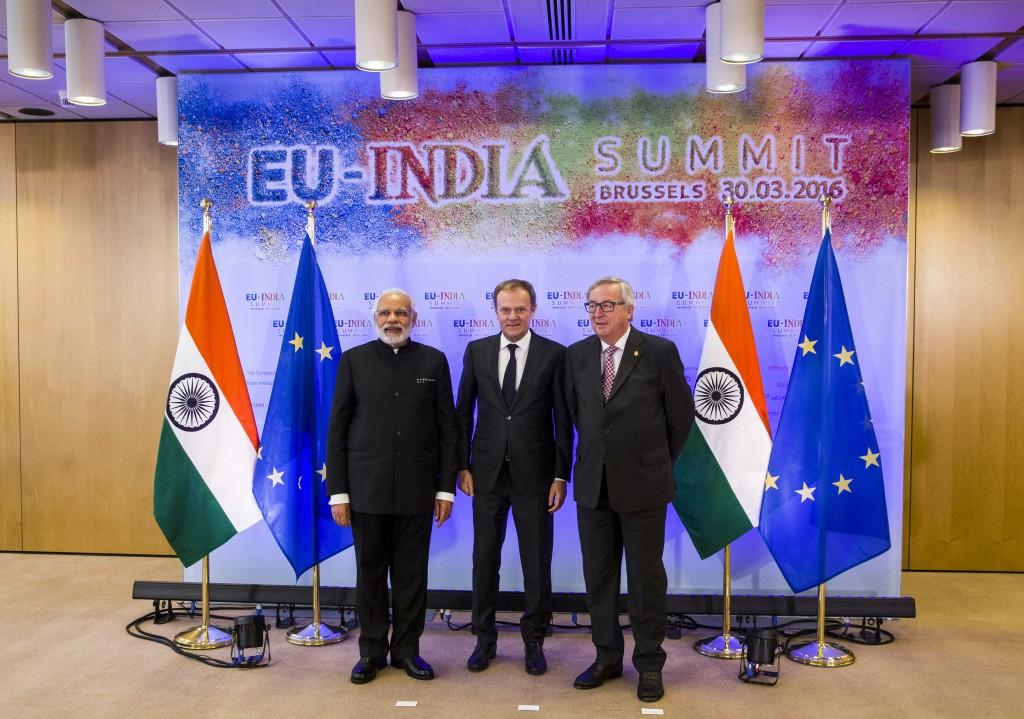 Il primo ministro indiano Narendra Modi, con i presidenti di Consiglio europeo e Commissione Ue, Donald Tusk e Jean-Claude Juncker