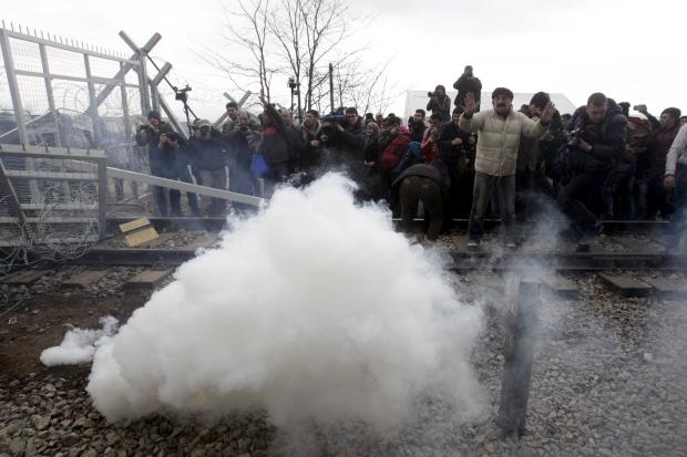 Idomeni, scontri alla frontiera.Polizia macedone lancia lacrimogeni contro migranti