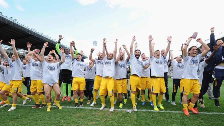 I giocatori del Parma festeggiano la promozione