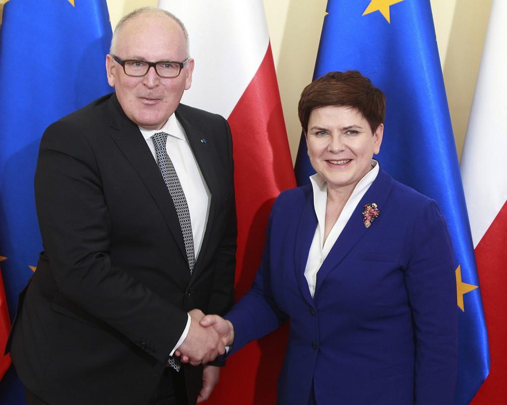 Il primo vice presidente della Commissione Frans Timmermans con il primo ministro polacco Beata Szydło, a Varsavia, il 24 maggio