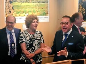Celebrazione per l'olio d'oliva al Parlamento Ue con Paolo De Castro, Michela Giuffrida e Gianni Pittella (da sinistra a destra).