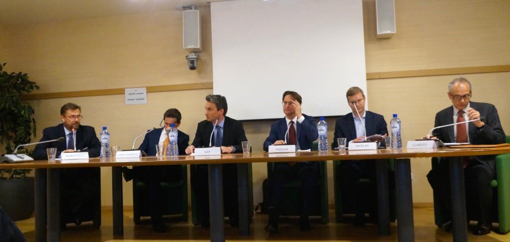 Da sinistra: Lorenzo Robustelli, Giancarlo Caratti di Lanzacco, Sébastien Gay, Marek Przeor, Mark Nicklas e Giorgio Clarotti durante la tavola rotonda del workshop su EUSALP organizzato da Regione Lombardia l'11 maggio.
