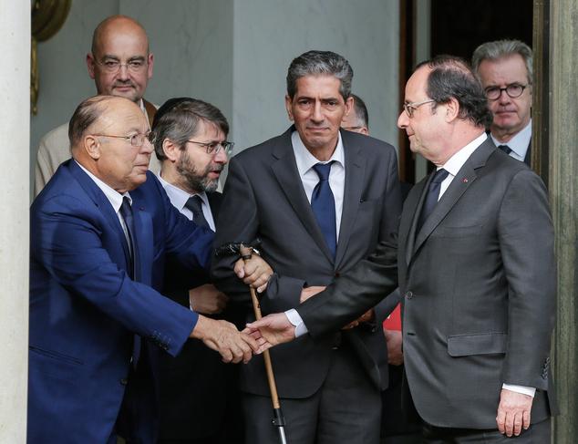 Il presidente della Repubblica francese François Hollande stringe la mano al rettore della moschea di Parigi Dalil Boubakeur.