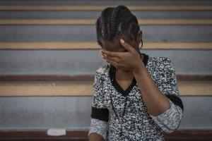 Una ragazza nigeriana, di 17 anni, aspetta in un centro sportivo di Catania dove è stata accolta dopo l'arrivo in Italia (Foto Save The Children)