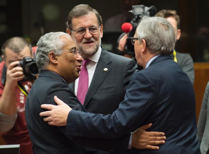 Il premier portoghese, Antonio Costa, quello spagnolo Mariano Rajoy e il presidente della Commissione, Jean-Claude Juncker
