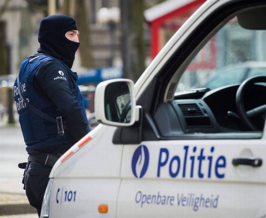 La polizia di Bruxelles ha circondato l'area intorno a place de Monnaie dove è stato individuato un uomo sospettato di indossare un ordigno