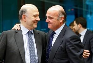 Il commissario Moscovici, con il ministro dell'Economia spagnolo De Guindos