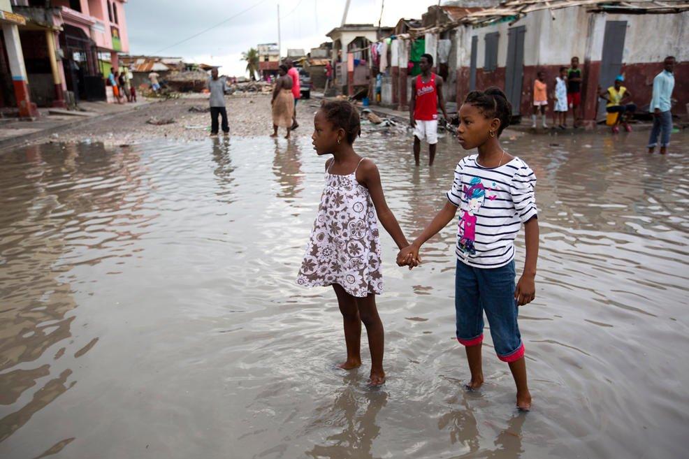 La tempesta Nicole si rafforza e arriva su coste Bermuda