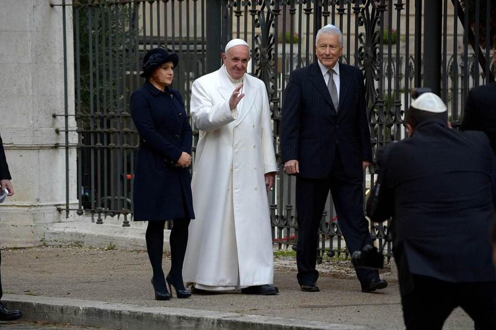 Ruth Dureghello accoglie papa Francesco alla Sinagoga di Roma