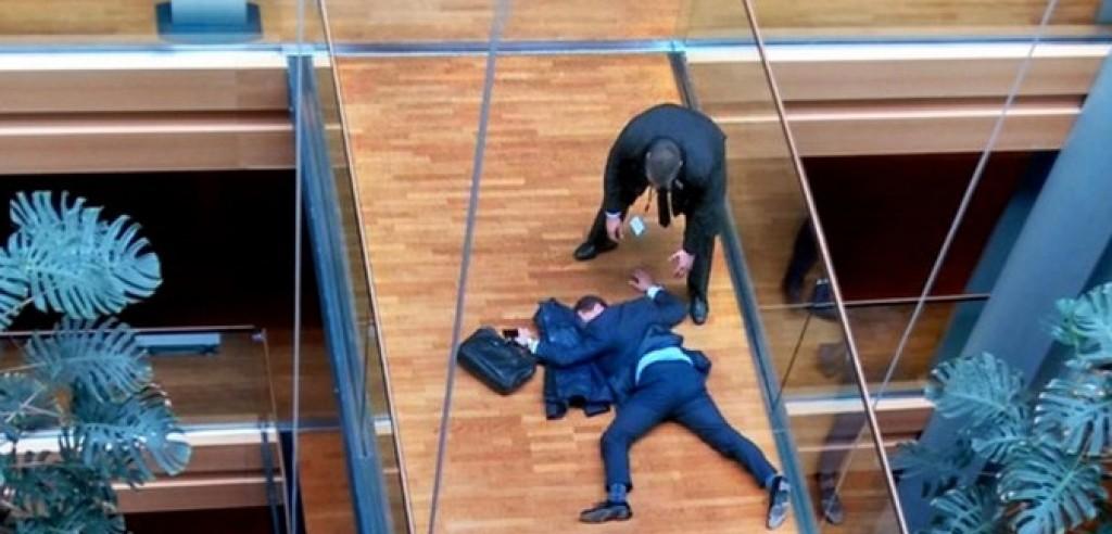 Steven Woolfe a terra privo di coscienza nelle immagini riprese da ITV