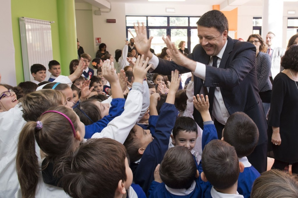 """Il Presidente del Consiglio Matteo Renzi all'Istituto scolastico """"Pablo Neruda"""" a Roma per la prima Giornata Nazionale per la sicurezza nelle scuole e la sigla di un Protocollo d'intesa con la Bei - foto Palazzo Chigi"""