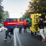 Greenpeace consegna un termometro gigante ai ministri del G7 dell'Energia