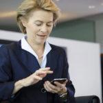 I messaggi tra Ursula von der Leyen e l'amministratore delegato di Pfizer sono al centro di un'indagine UE