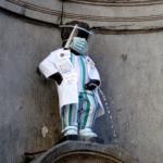 Coronavirus, la fontana simbolo di Bruxelles rende omaggio al personale ospedaliero