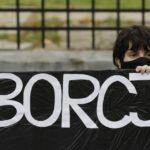 Polonia, scoppiano le proteste contro la legge anti-aborto. Migliaia a Varsavia, arrestata una delle leader