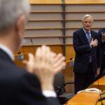 Brexit, Parlamento vota su accordo commerciale e dona standing ovation a Barnier: