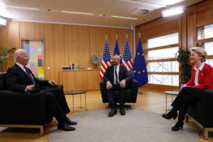 Il presidente degli Stati Uniti, Joe Biden (sinistra) con i presidente di Commissione e Consiglio europeo nel corso del summit UE-Stati Uniti [Bruxelles, 15 giugno 202. Foto: European Council]